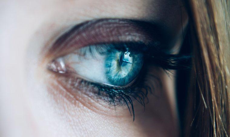 close-up-eye-eyelashes-110321